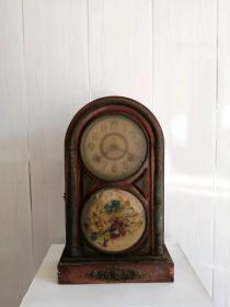 下乡收到日本名古屋爱知圆头钟表、全品相、下面有手绘的花、无修无后配。 价格不高 、喜欢的朋友看一眼。 尺寸:高44•长27.5•厚度12