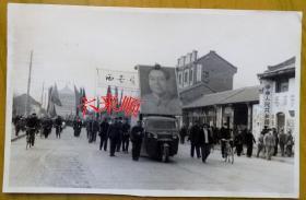【文革老照片】西安医学院(前身为国立北平大学医学院,今西安交通大学医学部)游行三轮汽车毛主席像、及西安钟楼(鼓楼)街景。——简史:前身创建于1937年国立北平大学医学院,1950年改称为西北医学院;1956年改称西安医学院;1985年更名为西安医科大学;2000年4月与西安交通大学、陕西财经学院三校合并更名为西安交通大学医学院。2012年组建西安交通大学医学部