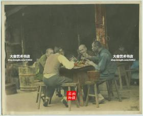 民国时期上海街头露天餐饮饭店,四名吃饭的男子手工上色银盐老照片,24.2X19.7厘米