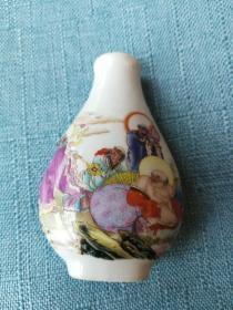 七十年代末期出口创汇粉彩小瓷瓶一只,白瓷釉上彩,花卉釉水立体凸凹,为彩釉雕瓷工艺,精美高雅,包浆开门
