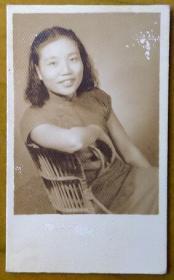 民国老照片:民国美女——陈竹君,坐在靠椅里。【民国私立上海妇女补习学校——陈竹君老师家庭系列】