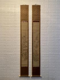 """日本文人画派集大成者 原装木盒 池大雅 《设色对轴山水》(高配轴头)  池大雅(Ike no Taiga,1723—1767),18世纪江户时代书画家,是日本""""文人画""""的集大成者,原名池野秋平(Ikeno Shuhei),因向往中国,通常以中国的单姓""""池""""自称,号""""大雅""""。池大雅自幼喜欢书法"""
