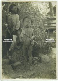 清末民国时期拍照的中国男孩老照片,一脸的惶恐,17X12.2厘米,泛银