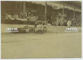 清代庚子事变八国联军入侵北京,在北京宫殿中驻扎生活的英属印度军团锡克籍士兵营地老照片,当时生活比较艰苦,床铺都搭在门廊下了,宫殿柱子上挂着枪,印军扇着扇子。罕见当时联军印度兵的生活宿舍。