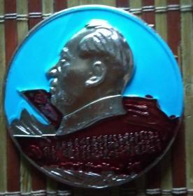 毛主席像章(紧跟毛主席奋勇前进,胜利是属于我们的)