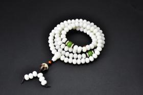 (丙2968)《菩提根莲花吊坠手串》1串 单粒直径约为:0.89厘米 手串周长约为:76厘米 。手串有松紧。菩提根不是树根,而是一种叫做贝叶棕的种子,属于菩提子的一种。菩提根经过长时期的盘玩会变色,经过更长的时间长也可能开片,是制作念珠的佳品。