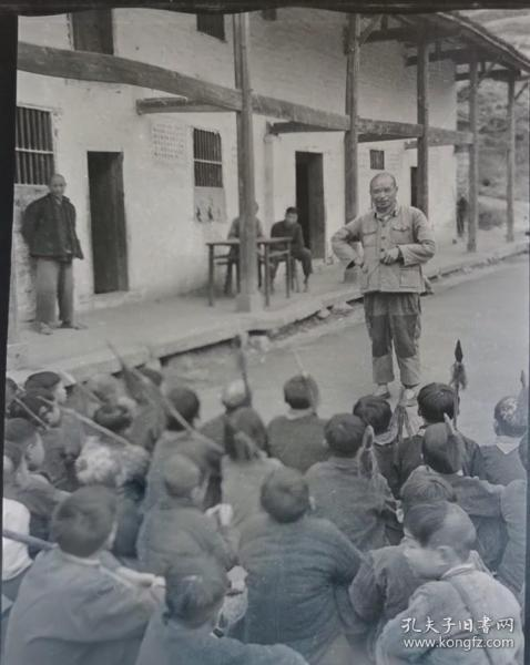 1964年底片:潜山县社队干部给手持红樱枪的农村少年讲话