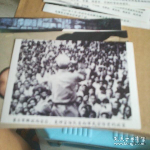 解放战争时期--第六军解放西安后,宣传队队员向市民宣传党的政策黑白照片一张11cmx9cm