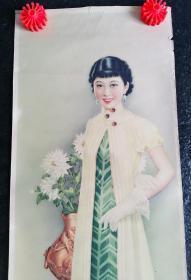画中美女眉清目秀,肌肤洁白娇嫩,气若幽兰,显绝佳气质,浑身散发高贵,一身黄绿色拖地长裙更展现出窈窕身姿等气质的民国美女画1张