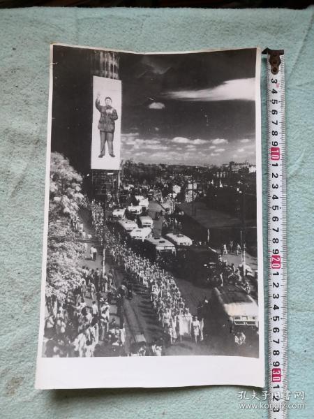解放军进广州照片  爱群大厦挂毛主席巨幅图像