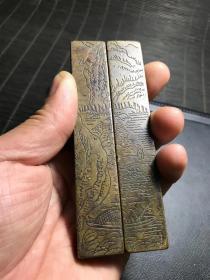老铜民国传世山水人物铜镇尺一对,包浆熟美,刻工流畅,长11.5厘米,宽2厘米,重362克,文房珍品,文气盎然。