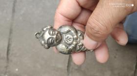 银器类;银锁银娃娃一个高7厘米重8.9克