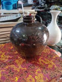 黑釉暗花瓷器一件,造型丰满圆润,年代未知,器身有小的脱釉和小磕,器身靠上的地方有窑烧的裂纹,喜欢的来买,价格不高,售出不退。