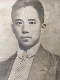 《人物肖像图》此图是一名男性的半身照,一张海报作品,作品中男性年轻帅气,浓眉大眼,炯炯有神,器宇轩昂,剑眉横竖。