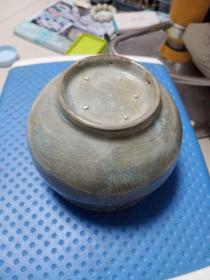小瓷器一件,像个小罐,年代未知,价格不高,售出不退。