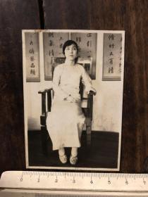 民国时期穿着绣花鞋坐在太师椅上的旗袍女子老照片