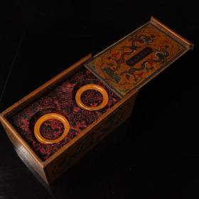 珍藏清代老宫廷御用极品罕见黄龙玉手镯一对 配老漆器盒一个 一套重1134克 长28厘米 宽16厘米 手镯一支重84克 内径6厘米