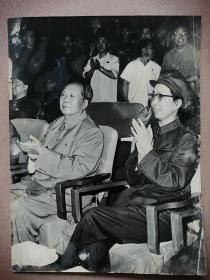 毛主席和江青一起观看文艺节目