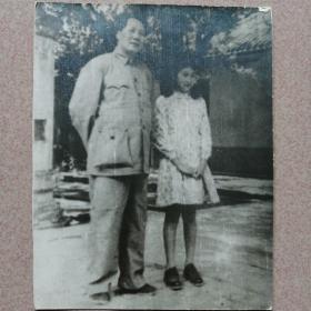 毛主席和大女儿李敏合影