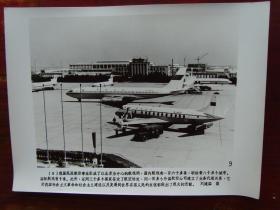 1979年,北京首都国际机场停靠的中国民航波音707飞机 B-2416和B-402