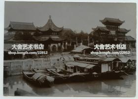 清代江苏南京-夫子庙老照片,可见天下文枢牌楼,选自颜真卿的字帖,它是步入文庙的第一道大门。左侧是大成殿前的亭子,赶庙会的时候这里很热闹,现代的这个亭子是重建的