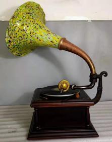 民國時期,美國勝利牌老琉璃大喇叭手搖留聲機,保存完整,聲音洪亮,正常使用,全品,適合收藏。