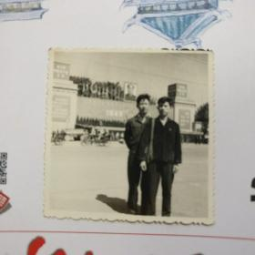 文革黑白相片【两人合影照片】长5.7CM*宽5.7CM、品相以图片为准