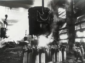 王刚法拍摄河南省安阳钢铁公司钢锭浇铸车间照片