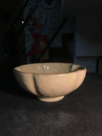宋金茶盏----南宋至元龙泉窑场黑胎青黄釉梅花瓣素胎贴塑盏