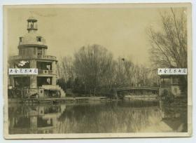 民国湖北武汉汉口中山公园内张公亭老照片,有侵华日军在其下游览,此亭于1933年为纪念清末湖广总督张之洞而建,为公园的重要人文景观。