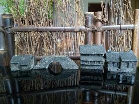 """砖雕微型水乡""""民居"""",制作盆景的好搭档。海上名家刘克超手工作品。是组合各种置景的好搭档,趣味十足。喜欢个性砖雕的藏友不要错过。绝无仅有,独此一家。注意:每一个小屋尺寸在3.5✘3✘3厘米左右。一组三房一桥总计长度在19厘米。"""