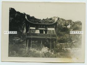 民国佛教普陀岩楼阁建筑老照片,四川或安徽等地都有可能,现在应该已经没有了,这种木桩结构的建筑很难屹立太久。尺寸为8.9X6.5厘米.具体拍摄地点不详,也请网友指教。