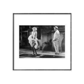玛丽莲·梦露捂住被风吹起的白裙