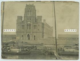 """清代著名""""天津教案""""的发生地望海楼教堂 , 其旧称圣母得胜堂,位于天津市河北区狮子林大街西端北侧,斜对狮子林桥,以其旧址望海楼而得名。于1859年底建成此堂,具有欧洲哥特式建筑风格,清代庚子事变中被摧毁,照片中应是其被摧毁前的最后影像了"""