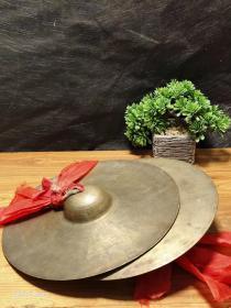 纯手工打造的老铜镲  【纯手工打造的老铜镲】 品相如图,精铜铸造,老铜铙钹一对,传统响铜乐器,声音极好,