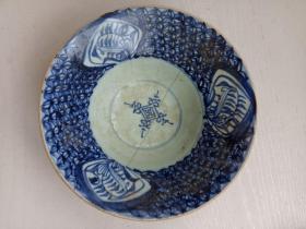 清代瓷碗,一只,碰坏锔好了!这就又增加了一层文化含义。因为它见证了我国曾经有过一段,缝缝补补的艰苦岁月!详情见图。