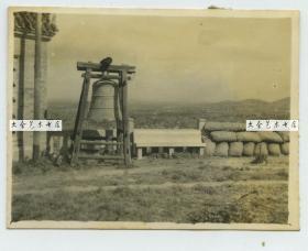 民国1938年左右日军入侵江苏老照片,可见沙袋工事,寺院铜钟,远处城市全貌。徐州?请自辨。