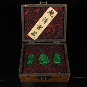 珍藏清代宫廷御用冰种翠玉吊牌子一套 一套重733克 盒长18厘米 高9厘米