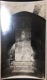 """民国初期北京明十三陵(明陵)长陵明楼上的""""大明成祖文皇帝之陵""""石碑,可见碑上的各式涂鸦,附今图。老照片影像清晰,品佳难得"""