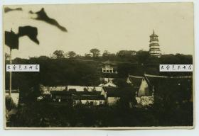 民国湖北武昌洪山南麓宝通禅寺远眺全景老照片,右侧是寺中的洪山宝塔