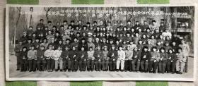 七机部安装公司首届活学活用毛泽东思想积极分子四好单位、五好职工代表大会全体代表合影老照片 一百人手持毛主席语录