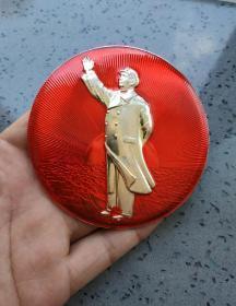 文革时期:毛主席全身站像挥手特大像章