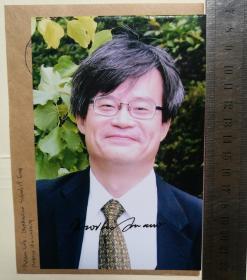 2014年诺贝尔物理学奖获得者、世界著名物理学家、电子工程学家、国际顶尖半导体电子学专家、中国工程院外籍院士、名古屋大学电气电子情报工学科教授、未来材料系统研究所所长、附属未来电子学集成研究中心总负责人、清华大学名誉教授、天野浩(Hiroshi Amano)、表彰其发明了蓝色发光二极管(LED)并由此带来新型的节能光源、亲笔签名、官方精美照片1张(非常珍贵、非常罕见)
