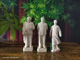 拆迁户手中收来文革时期毛主席瓷像三尊,做工精细,,面色慈祥,包浆浓厚,全品,适合红色文化收藏。包老包真。尺寸如图