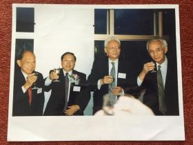 《霍英东、毛钧年、鲁平、经叔平参加中银香港发行港钞宴会》1994年大幅照片