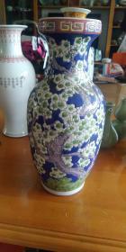 少见带底款,潮州市枫溪中兴瓷厂,80年代左右,不落地梅花赏瓶一只