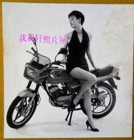 老照片:罕见原版摩托车——超短裙装美女摩特儿相片