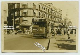 """民国时期上海著名""""老字号""""饭店~位于西藏路北海路口远东饭店,及附近一带繁华街道老照片,可见远东饭店和十七路B358号公共汽车。"""