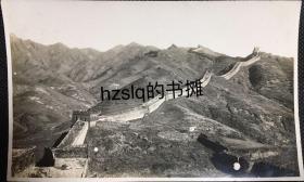 民国初期北京八达岭长城雄姿及巍峨的山峰等原始景象,可见破败的烽火台和通往长城的引道旁小房,附今图。老照片影像清晰,品佳难得