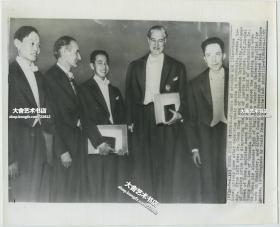 1957年杨振宁与李政道因共同提出宇称不守恒理论而获得诺贝尔物理学奖,在瑞典斯德哥尔摩颁奖典礼上,美联社新闻传真照片。